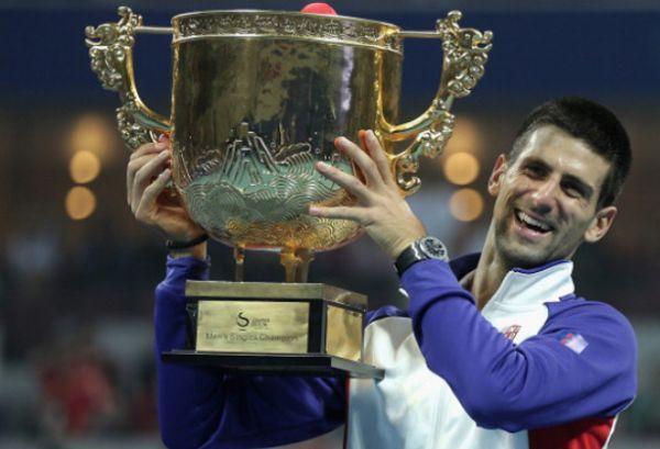 Novak Djokovic si trofeul cucerit la Beijing