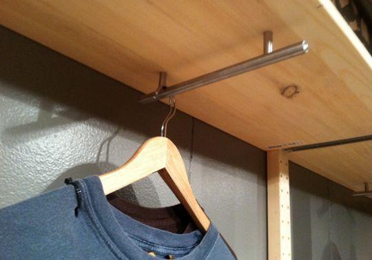 Als je hangkast te ondiep is   om jouw kledinghangers er   - op de 'normale' manier -   in op te kunnenhangen,      dan doe je...