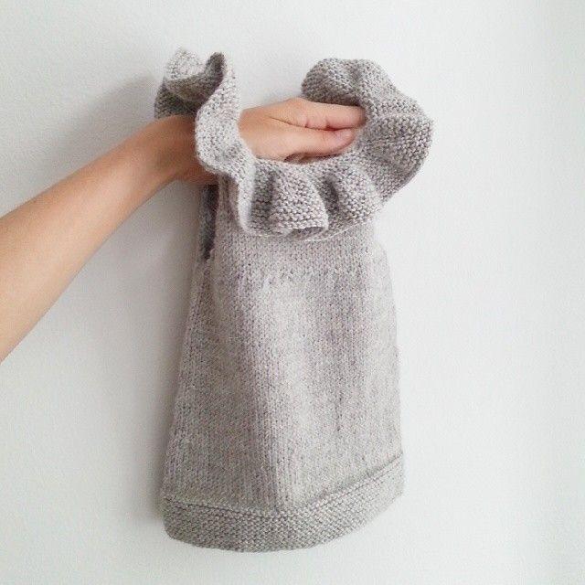 Akkurat ferdig! Gleder meg til denne passer lillepia - og supert at hun kan bruke den lenge!  #paelas #knitting #kragetopp #strikkedilla #babysilk