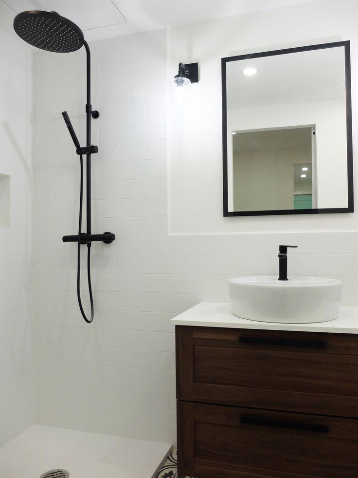 Baño con ducha con grifería negra | por Accesible Reformas