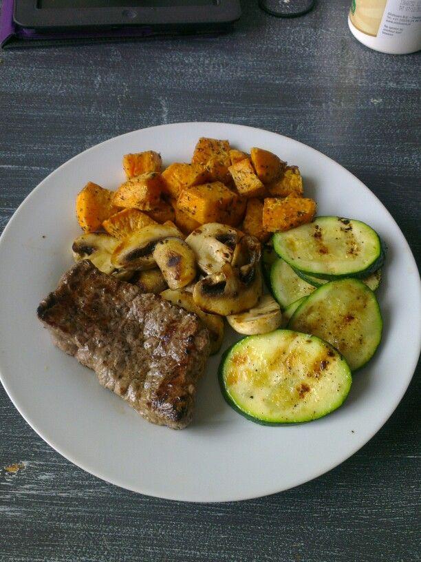 Gegrilde champignons, courget en biefstuk met zoete aardappel uit de oven