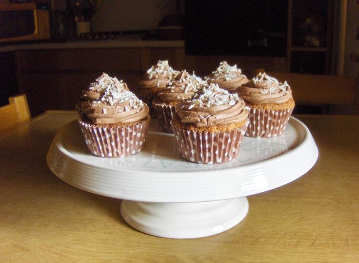 Cupcakes al cioccolato bianco con ganache al cioccolato al latte e scaglie di cioccolato bianco