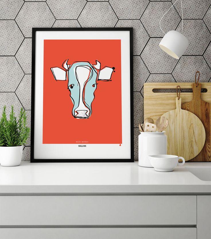 Plakaten Milk Mother passer perfekt ind i stilen. Den koralrøde baggrund og de grafiske streger skaber stemning på væggen i dit køkken.