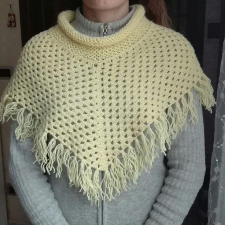 Poncho di lana realizzato a mano. In vendita a 30€. È possibile crearlo anche su richiesta. Pagamento con ricarica postepay.
