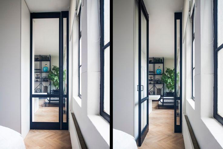 Dit Amsterdamse appartement heeft een kamerhoge esthetisch fraaie FritsJurgens taatsdeur, waarbij de deur is voorzien van softclose. #taatsdeuren #binnendeuren Ontwerp: Ontwerpplaats, Fotografie: Rogier van Tilburg, Leverancier: DMC Haarlem