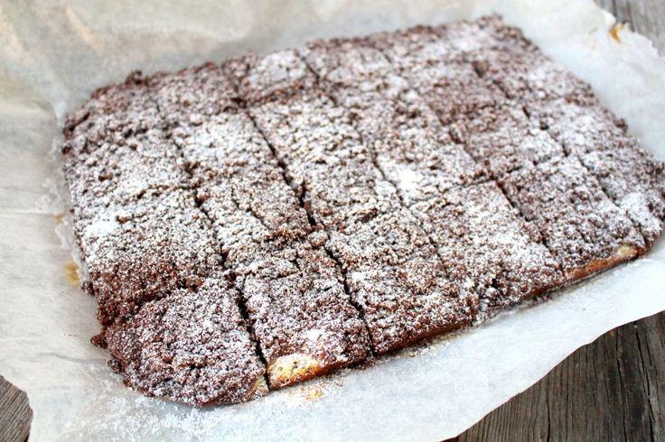 Häromdagen bakade jag ytterligare en magisk kaka. Alltså, att baka i långpanna är bara fööööör bra. Det blir mycket och sen är det så smidigt på något sätt.   Det är en härlig cheesecakeaktig röra i mitten av kakan som är sååå god. Å så allt det chokladiga runt, jo men det är nästan för mycket. :