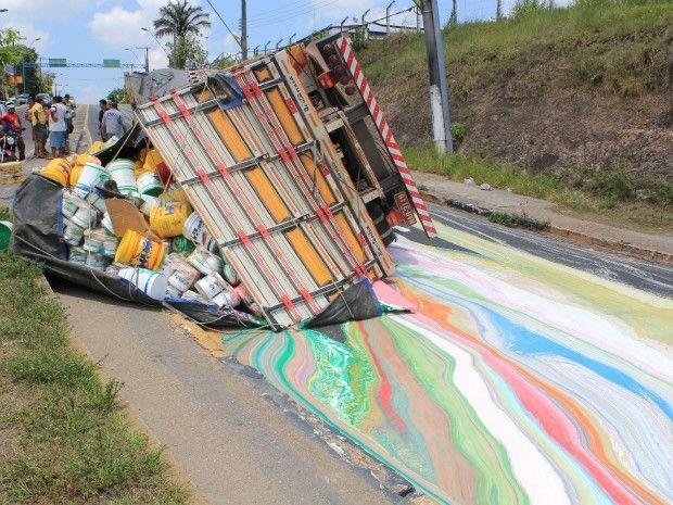 Caminhão carregado de tinta tomba em cruva e pinta um 'arco-íris' no asfalto, em Manaus (Foto: Tiago Melo/G1 AM)