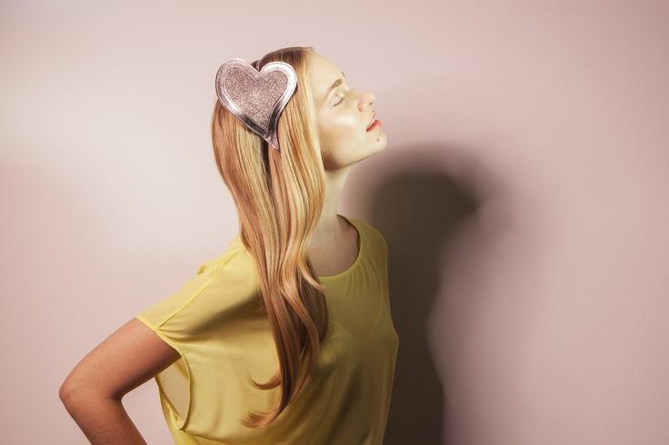 Kirsi Nisosen suunnitteleman Paradise of Tokyo -malliston Sayuri hiuspanta. Sayuri hiuspannassa koristeena sydän.