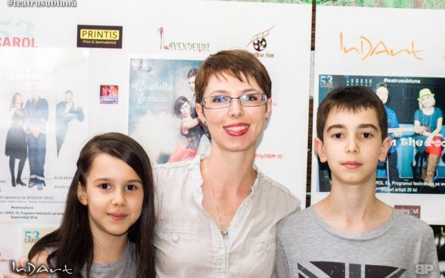 Bogdan (13 ani) şi Julia (11 ani), din Bucureşti, au trecut prin mai multe sisteme educaţionale europene, dar, odată întorşi acasă, nu au mai mers nicio zi la şcoală. Irène, mama lor, profesoară de engleză la un afterschool, s-a decis să îi educe singură, acasă. Julia studiază spaniola, iar Bogdan – greaca şi limbajul de programare Java Script.