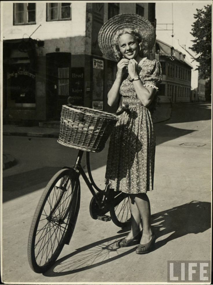 1940s summertime look. 40s streetstyle with bike and super hat. #40sstreetstyle #vintagesummerfashion