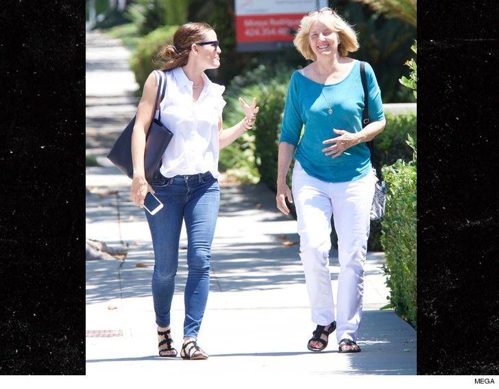 Jennifer Garner felice con la mamma... di Ben Affleck - Jennifer Garner, ormai non più moglie di Ben Affleck, è stata fotografata mentre si gode una passeggiata niente meno che accanto alla mamma dell'ex. - Read full story here: http://www.fashiontimes.it/2017/08/jennifer-garner-felice-con-mamma-ben-affleck/