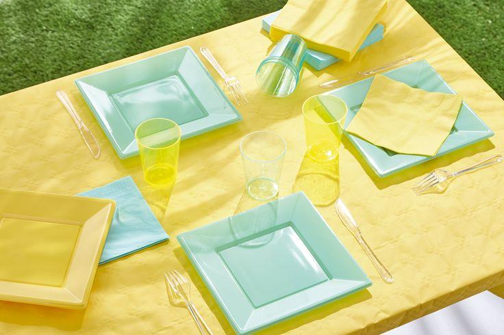 Repas au soleil : nappe damassé, lot de 50 serviettes, lot de 8 gobelets et lot de 8 assiettes carrées - disponibles en 4 coloris