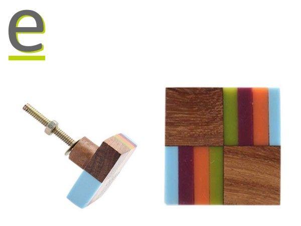 Questa volta facciamo un'eccezione... i pomelli non sono di ceramica, ma di legno, con inserti in resina