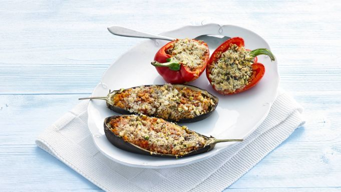Kijk wat een handige video op Allerhande! Gevulde aubergine & paprika met mediterrane bulgur
