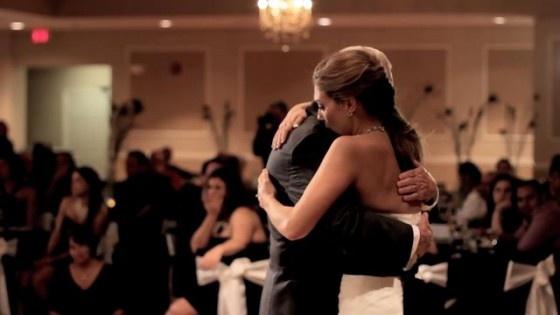 """De bruid Andrea had een zeer speciale dans op haar huwelijk. Haar vader, Mark, is net overleden en daarom wordt de vader-dochter dans uitgevoerd met een aantal zeer naaste familie en vrienden terwijl haar broer het liedje """"Butterfly Kisses"""" zingt. Het levert enorme prachtige maar ook zeer emotionele beelden op. De eerste dans Andrea's is met haar opa (de vader van Mark), gevolgd door haar broer Luke, dan haar broer Nick en tenslotte haar nieuwe schoonvader Scott"""