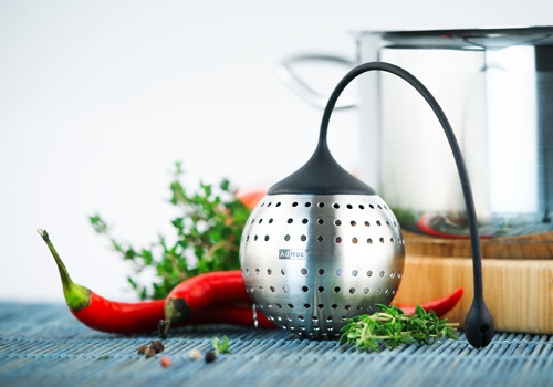 Heat-resistant up to 240° C, this clever little spice filter allows spices to be added individually. All you need to do is remove the silicone from the stainless steel filter and fill it with your desired spices. You then simply hang Spice Bomb in the sauce or soup. The flexible silicone arm attaches to the rim of the pot, so Spice Bomb can easily be pulled out again. Spice Bomb can also be safely cleaned in the dishwasher.