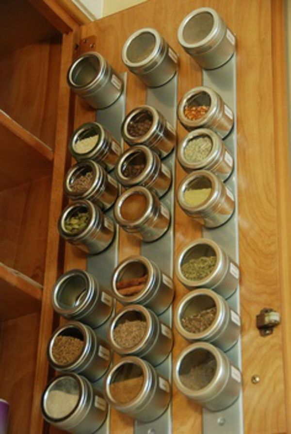 idee für gewürzaufbewahrung - schranktür magniten - 25 Gewürzaufbewahrung Ideen – besonders für kleine Küchen geeignet