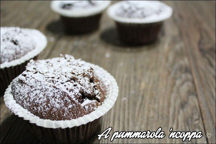 Muffin matti con nutella: senza uova, burro e latte! Un golosissimo dolce da preparare in cinque minuti. Clicca e scopri la facilissima ricetta.