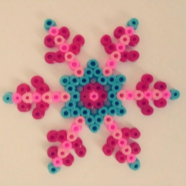 Winter snowflake hama beads by el_sol_sale_por_el_este