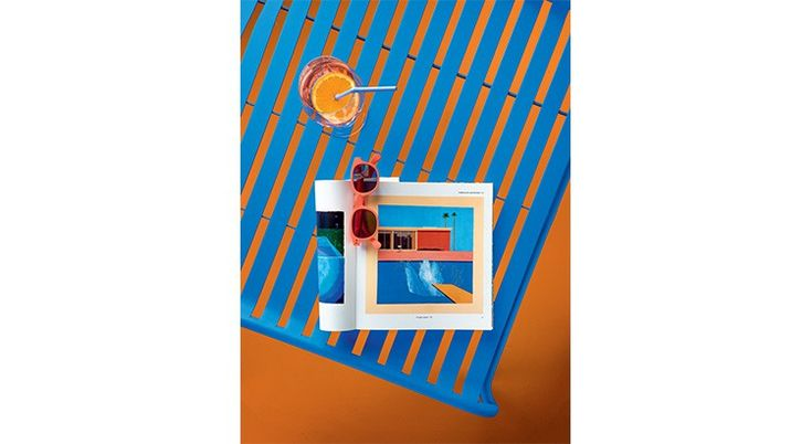 Outdoor, top dép'art ! - Le Journal de la Maison Pour un bain de soleil arty Table basse en acier, coloris ciel, «Week-End», L 68 x l 68 x H 32 cm, 214 €, Oxyo. Tableau «A Bigger Splash» (1967), de David Hockney. Lunettes de soleil, finition Soft Touch «Sunny Coral», 35 €, See Concept. Verre à pied en verre qualité Teqton anti-chocs, «Ciao +», Ø 8,5 x H 22 cm, 30 € le lot de 6, Leonardo. Paille accordéon en plastique, «Disposable Straws», 3 € le lot de 30, Zak!designs.