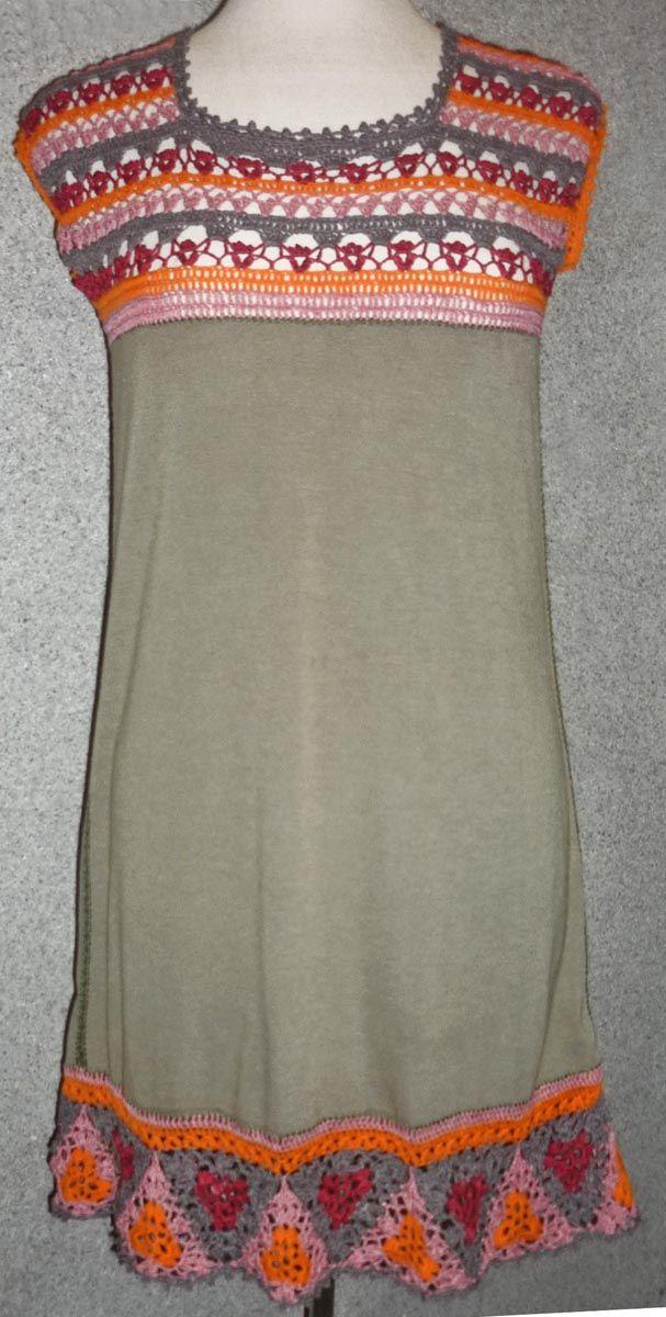 Vestido elaborado con tela jersey gris y tejido a crochet en hilos de colores gris, anaranjado, rojo y rosa, talla M
