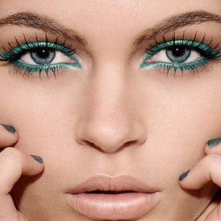 Paired with a nude lip, this #turquoise eye makeup looks lovely!