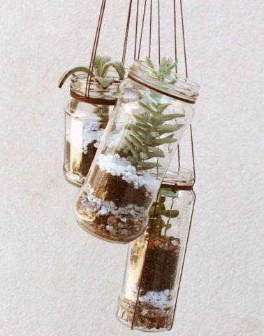 Versatilidade em jogo: os terrários podem ser feitos em diversos recipientes. Estes, que além de reutilizarem vidros de condimentos foram feitos de pêndulos, levam suculentas e pedrinhas.