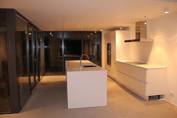 Beton Keuken.Nl : Volledig wit greeploze opstelling met apart spoeleiland en kookdeel