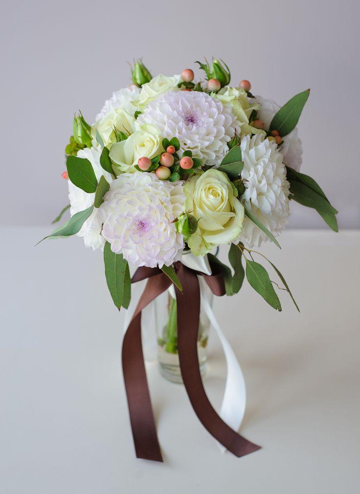 нежный букет невесты из георгин, роз Аваланж, гиперикума с веточками эвкалипта