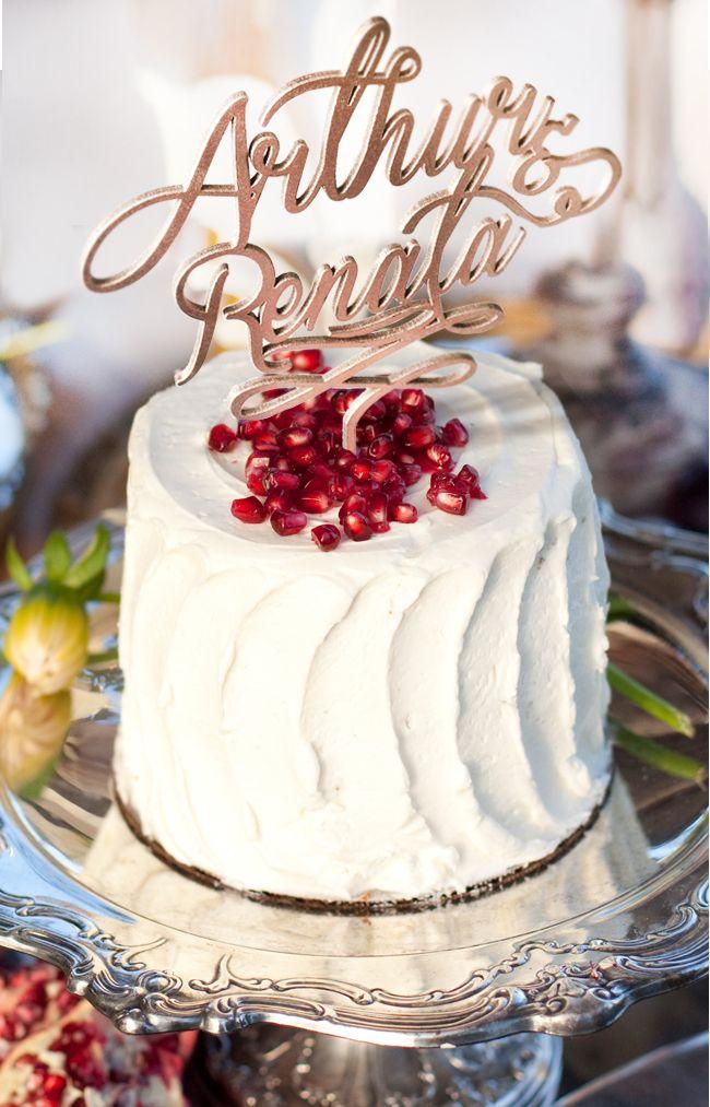 Topo de bolo personalizado com o nome dos noivos, em um bolo lindo e simples decorado com sementes de romã.  #bolodecasamento #casamento #topodebolo #casamentonocampo #topodebolopersonalizado.