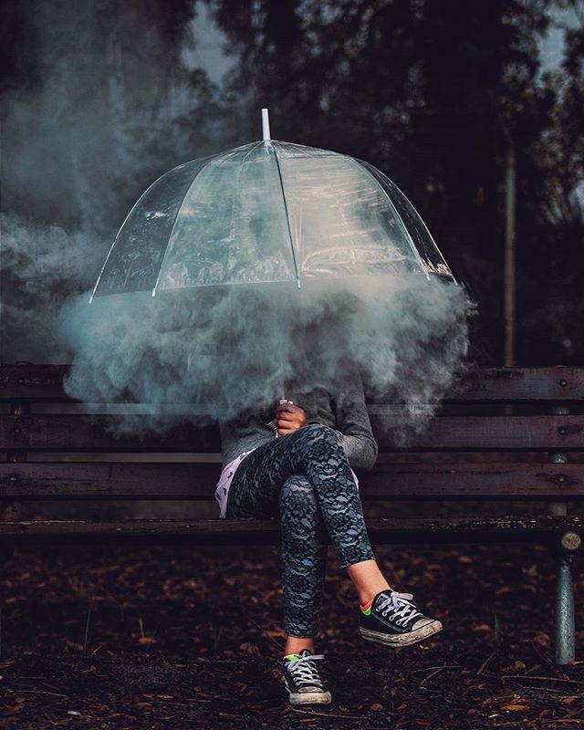 paraplu als bescherming voor het onbekende maar toch komt er het zacht uitziende rook uit wat je niet kan voelen maar alleen de vorm van kan zien