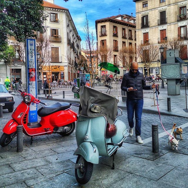 Escenas de barrio.... #madrid #places#lugares #people#gente#urbanscenes #escenasurbanas #winter#invierno #color @huaweimobileesp #sky #building #edificio #malasaña