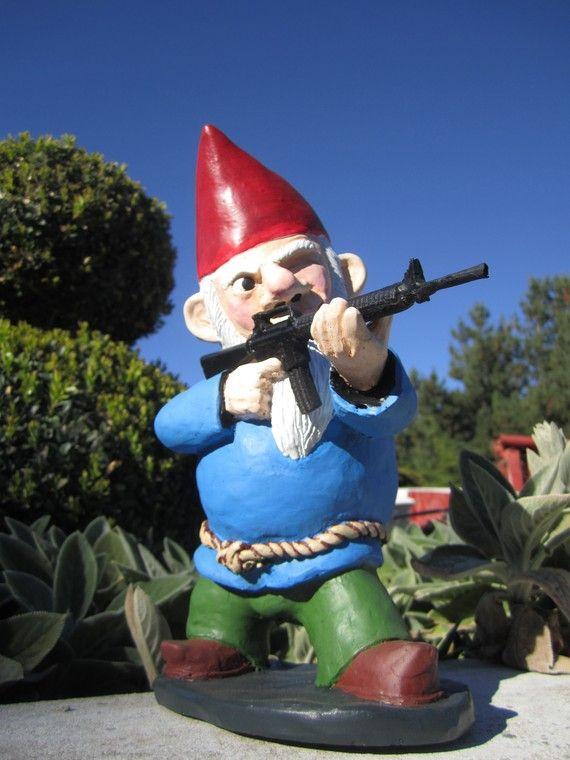 Interesting garden gnome :)Guns, Modern Gardens Design, Yards Decor, Garden Gnomes, Little Gardens, Gardens Gnomes, Combat Gardens, Funny, Front Yards