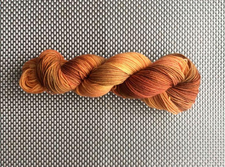 Iota, laine à bas teinte à la main, orange nuancé, grosseur fingering, BFL (Blue Faced leicester) et nylon, 115g/365m de la boutique EmmaHDesign sur Etsy