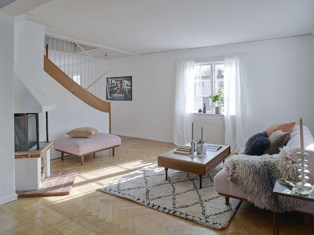 Dit wil je: dit huis heeft een roze bank met matching poef