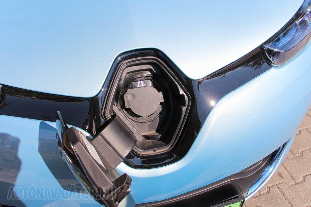 Miként sok másik villanyautónál, itt is az embléma alá került a töltőcsatlakozó. CHAdeMo nincs, csak Type2