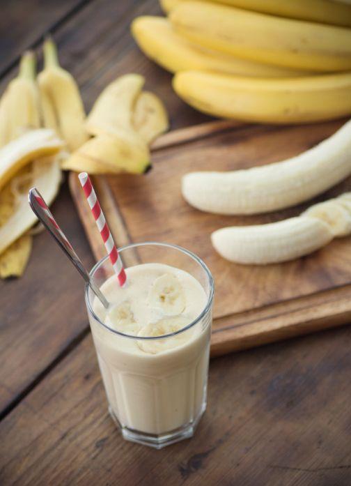 Pelez les bananes et coupez-les en gros morceaux. Mettez-les dans le bol d'un robot avec les yaourts, le lait et le son d'avoine.  Mixez...