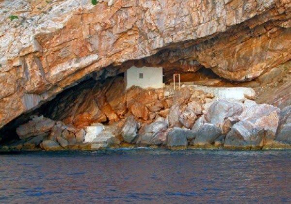 Σύρος: Η εκκλησία που είναι προσβάσιμη μόνο από τη θάλασσα και έγινε θέμα στη Huffington Post - Δείτε φωτογραφίες! - Αλιευτής Ονείρων