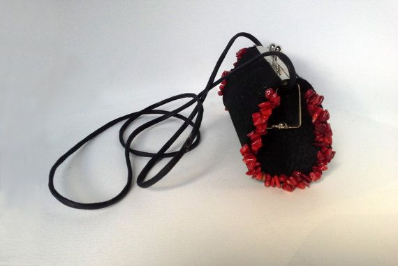 Wallet / purse.  Handbag / wallet made ​​from black felt, trimmed with red howlites.                                       It's a single copy  Bag Height:	9 cm	 Bag ...
