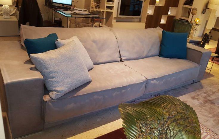 il bellissimo divano in pelle di toro di Baxter esposto nel nostro ShowRoom !! #divano #pelle #toro #living #casa #house #arredo #arredointerni #arredamento #design #style #chic