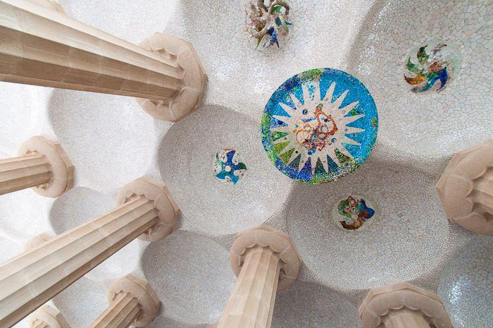 Parc Guell in Barcelona, gefotografeerd vanuit een kikkerperspectief