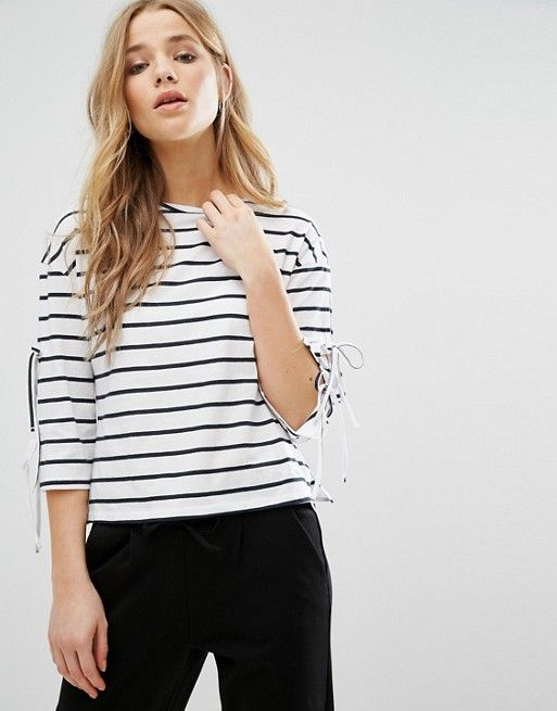 New Look – Gestreiftes Oberteil mit Schnürung an den Ärmeln 17,99 €