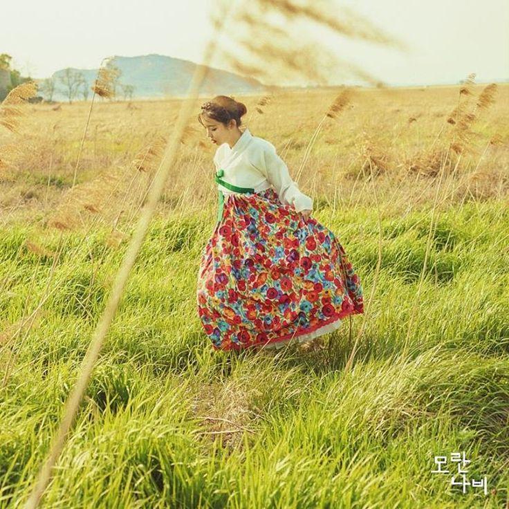 카멜리아; 본견저고리와 카멜리아 꽃치마 그리고 주문제작한 손자수브로치까지⚘ . . . #모란나비한복 #모란나비 #한복 #한복스타그램 #결혼한복 #신부한복 #레이스저고리