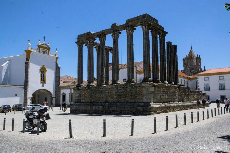 PT_160618 Portugali_0100 Évoran roomalainen temppeli keskiaikaisten kirkkojen välissä Alentejossa