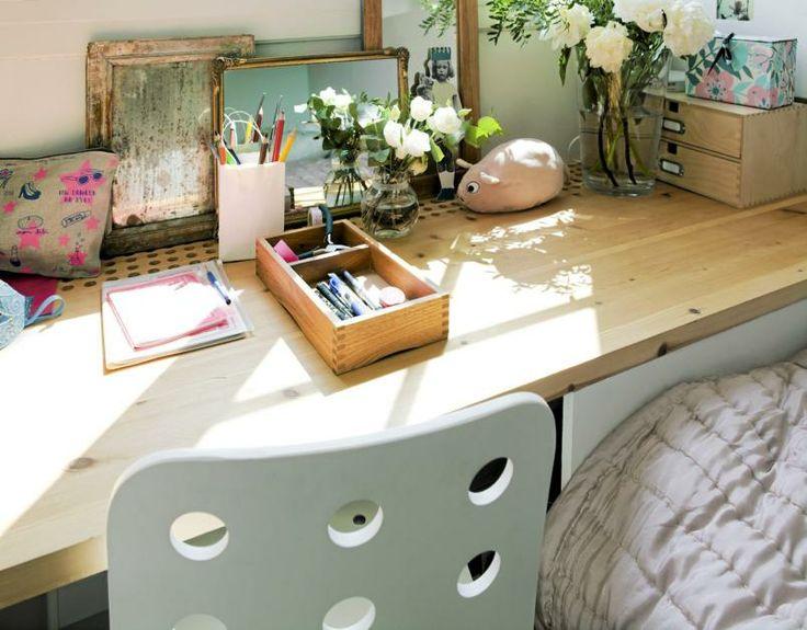 Skrivebordspulten er en benkeplate kjøpt og kappet til på et lokalt sagbruk. Det er boret flere store hull i den delen av platen som vender inn mot veggen. Slik kan varmen fra panelovnen under stige fritt opp. Gamle speil er hentet ned fra loftet for å lage romeffekt. Toalettmappe med rosa stjerner, notatbøker og pose med penner fra Bolina. Styling: Tone Kroken.