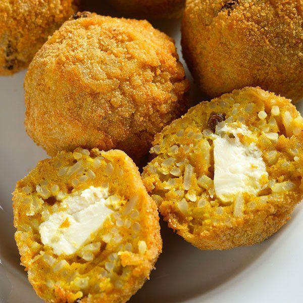 Bolitas de arroz rellenas de queso mozzarella. Receta italiana para niños