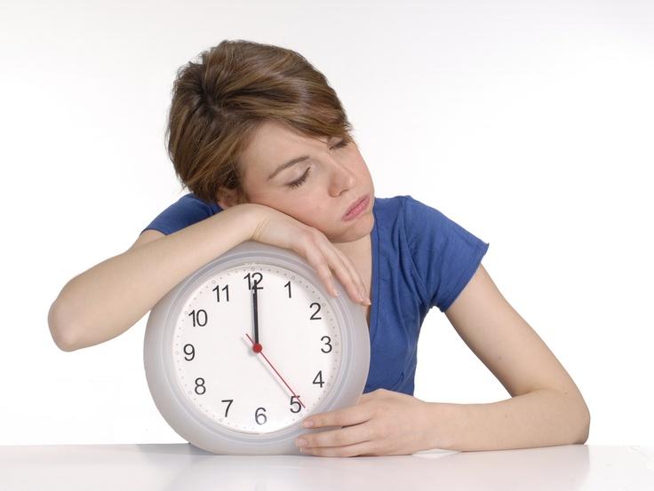 Michigan Üniversite'nin araştırmalarına göre, günlük kalori alımı 2500 olan birinin her gece 1 saat daha fazla uyuması yılda 6 kilo vermesine yardımcı olabilmektedir. Çok az uyumanın iştahı arttırarak aşırı açlığa neden olduğuna yönelik kanıtlar da olduğu düşünülürse diyet yapmadan fazla kilolardan kurtulmayı aşırı olmamak kaydıyla daha fazla uyku alışkanlığı ile mümkün kılabilirsiniz.