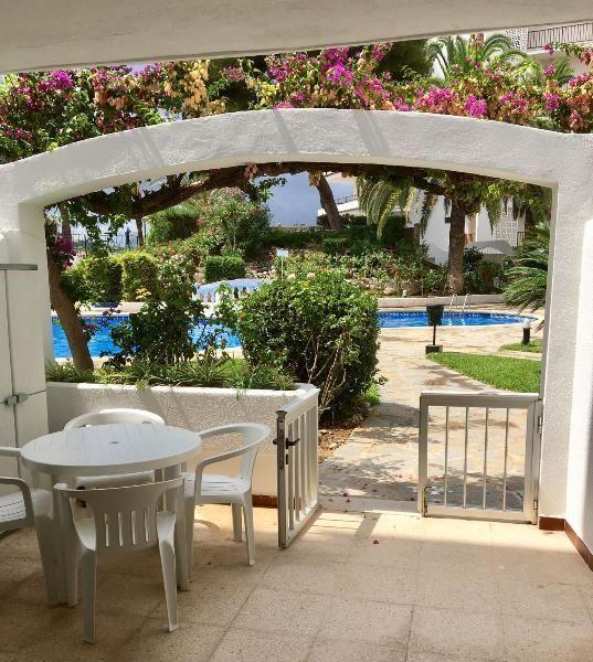 3-Zimmer-Wohnung mit 86m² Wohnfläche in 1. Linie mit G.-Pool: Wohnung in Santa Ponsa, in erster Linie mit Strandzugang und Gemeinschaftspool. 2 Schlafzimmer, 2 Bäder. Klimaanlage....
