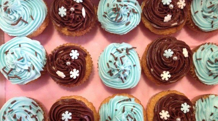 Mini cupcakes al cocco con glassa al cioccolato e al burro aromatizzata al rum