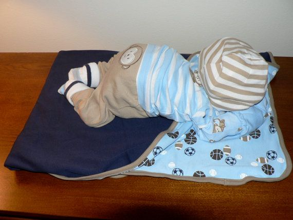 Diese kleinen Windel-Kuchen ist sicher, die Show auf der Mutter-zu-sein Dusche zu stehlen. Es ist ein wunderbares Geschenk, Mittelstück oder Dekoration für die neue Mutter in Ihrem Leben. Ich habe alle neue Materialien mit Affen auf der Kleidung verwendet und der Kuchen wird vorgenommen, so dass es auseinander genommen und verwendet werden kann.  Diesein erfolgt; 20 Swaddlers pampers Windeln Ein Carters nb Langarm Strampelanzug Ein Carters nb Kurzarm t-shirt Ein Carters nb Paar Hosen…